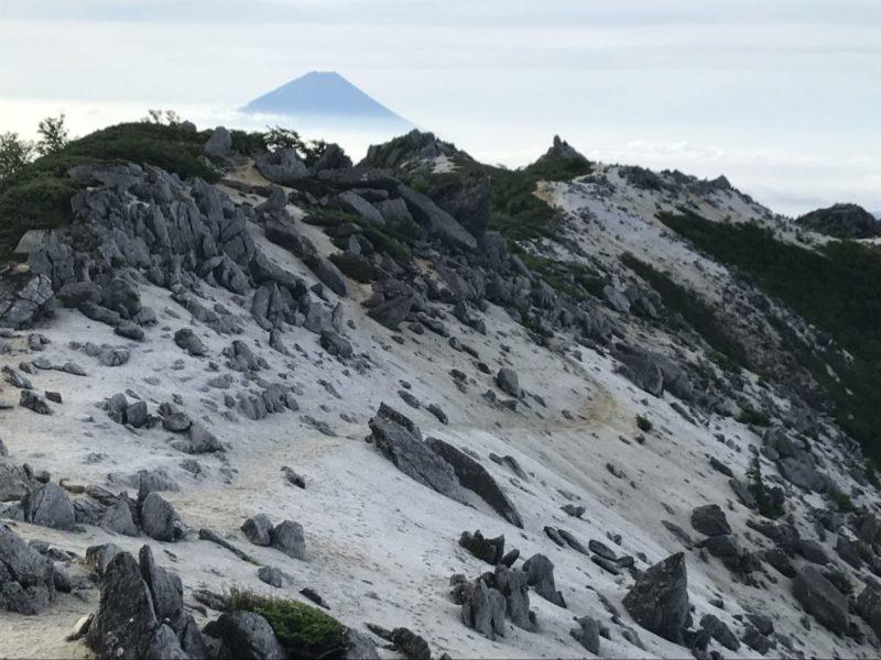 白い山肌の向こうに富士山