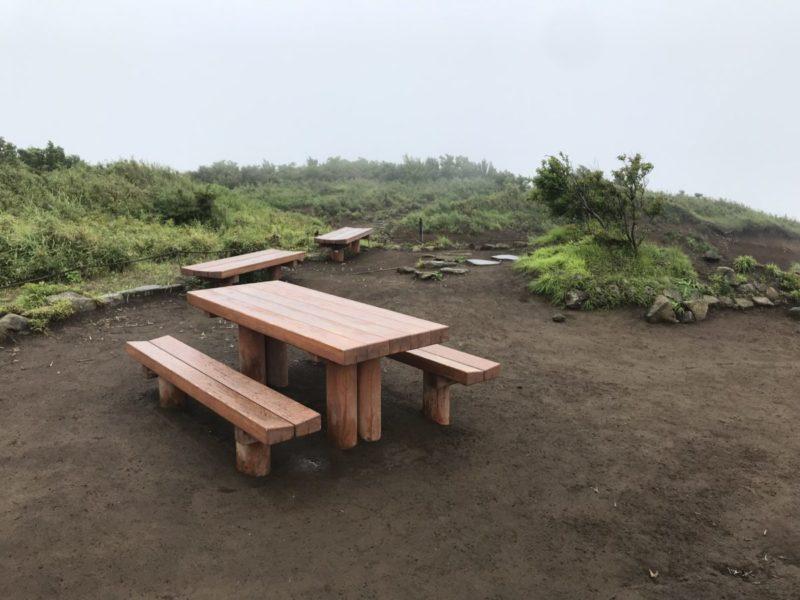 明神ヶ岳山頂のベンチ