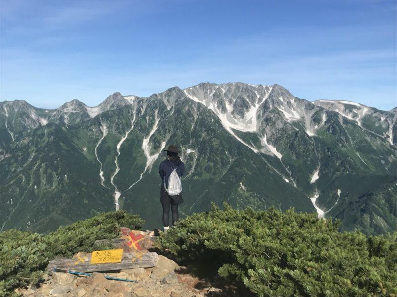 立山を眺める女の子